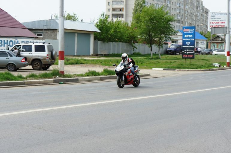 Jazdec na motorke, cesta, mesto.jpg