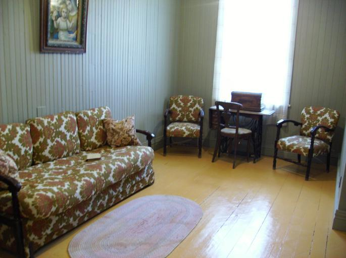 Izba, gauč, sedačky.jpg
