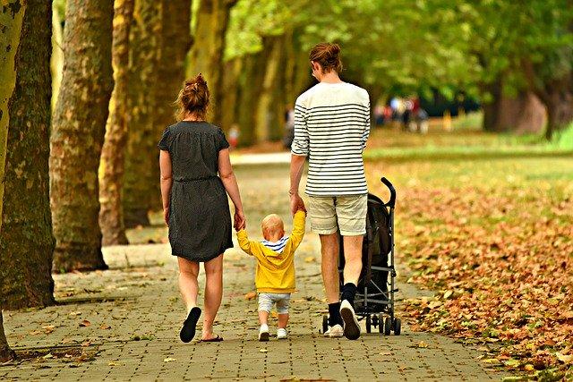 rodina na prechádzke.jpg