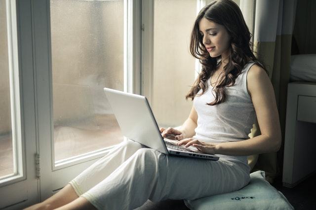 Žena s bielym laptopom