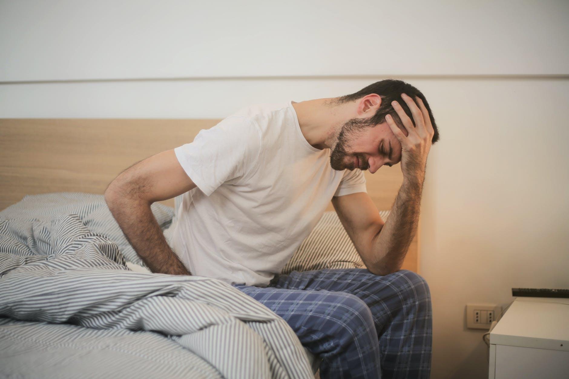 muž na posteli, bolesť